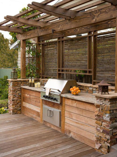 Outdoor Küche Grillgerät Arbeitsplatten Schüssel mit Orangen Stein Holz Sichtschutz