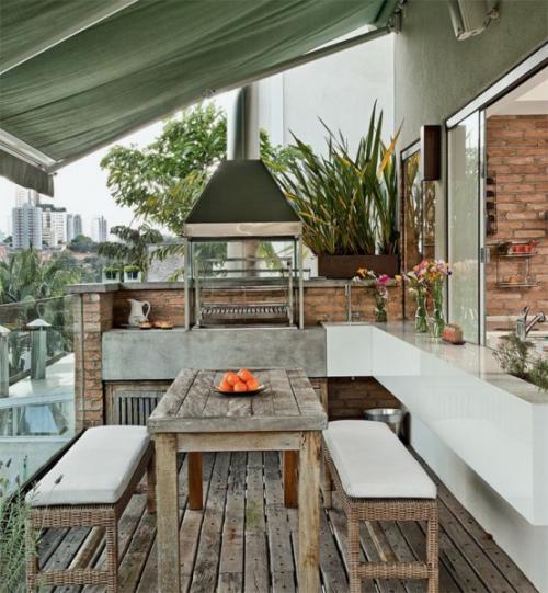 Outdoor Küche modern und rustikal in einem Holztisch Sitzbänke Holzboden Überdachung