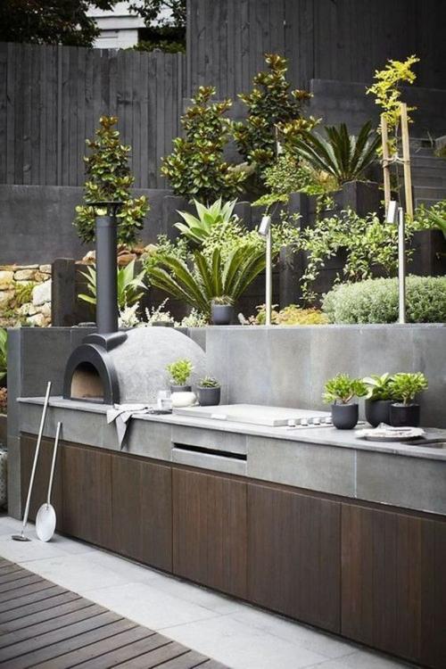 Outdoor Küche sehr ansprechendes Design Pizzaofen Beton Holz exotische Pflanzen