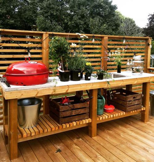 Outdoor Küche simples Design rotes Kamado sehr praktisch eingebaut