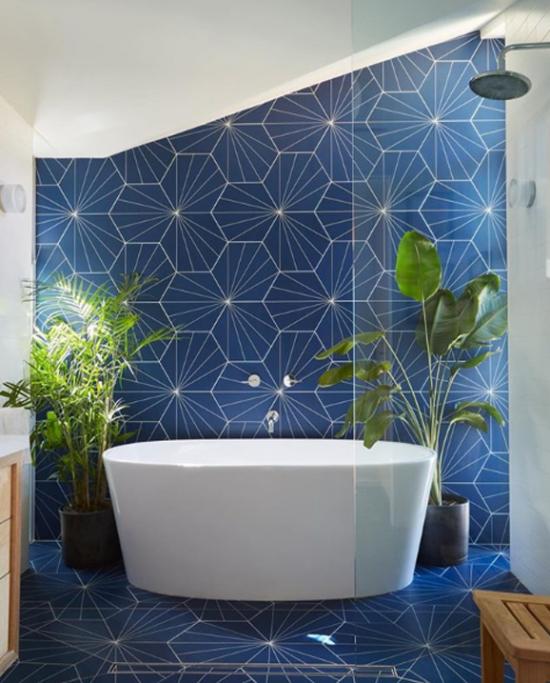 Pflanzen fürs Bad moderne Badgestaltung blaue Fliesen grüne Akzente Bergpalme Schusterpalme