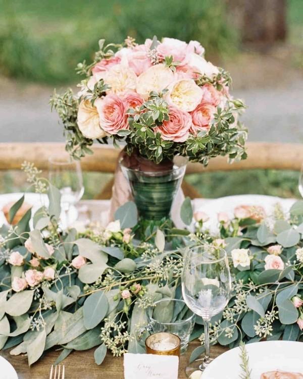 Romantische Tischdeko Rosen in zarten Farben grüne Zweige Blätter