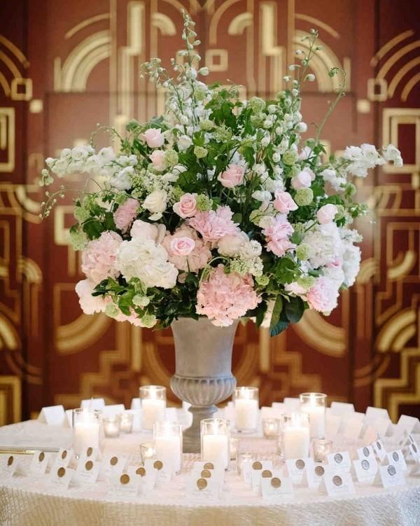 Romantische Tischdeko herrliches Blumenarrangement runder Tisch viele Kerzen