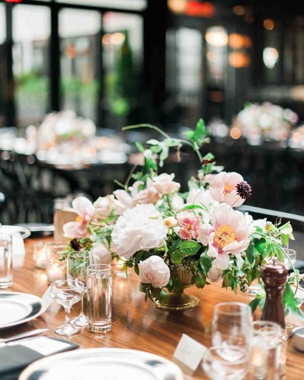 Romantische Tischdeko herrliches Blumenarrangement zarte Farben Blickfang