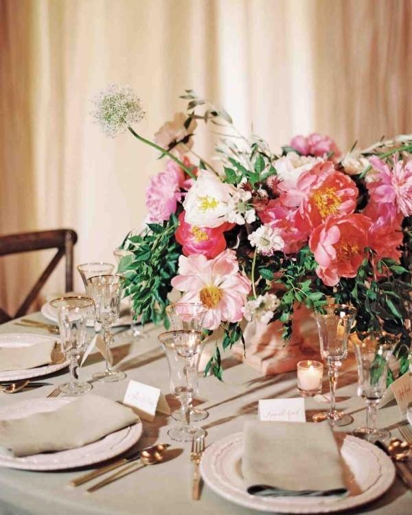 Romantische Tischdeko herrliches Blumenarrangement zarte Farben