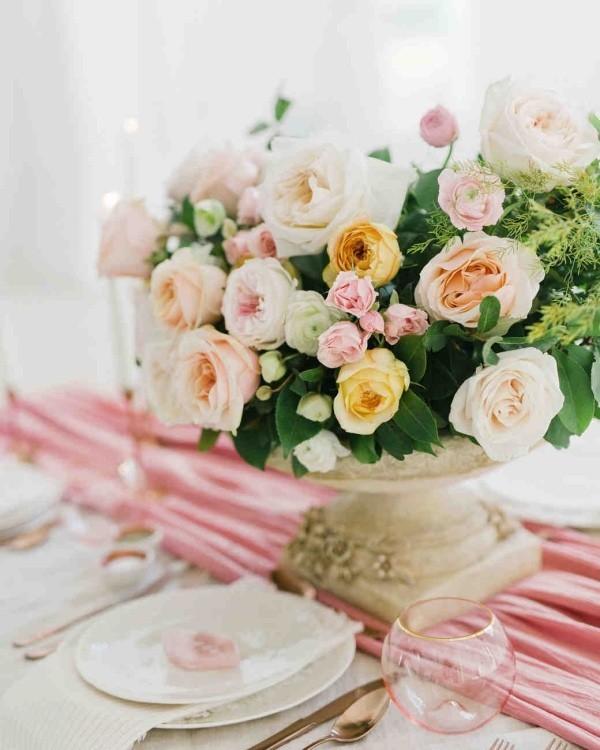 Romantische Tischdeko mit Rosen Boten