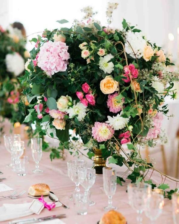 Romantische Tischdeko mit Rosen Hortensien grüne Blätter herrliches Blumenarrangement
