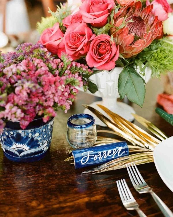 Romantische Tischdeko mit Rosen herrliches Blumenarrangement Farben richtig kombinieren