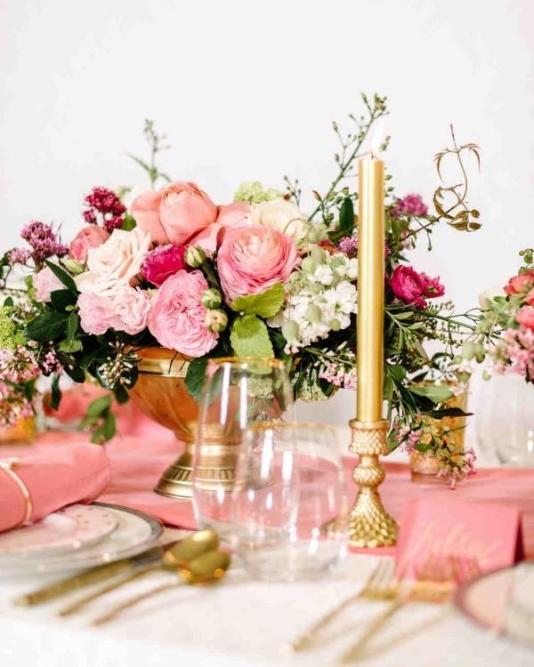 Romantische Tischdeko mit Rosen herrliches Blumenarrangement Goldschimmer Kerzen