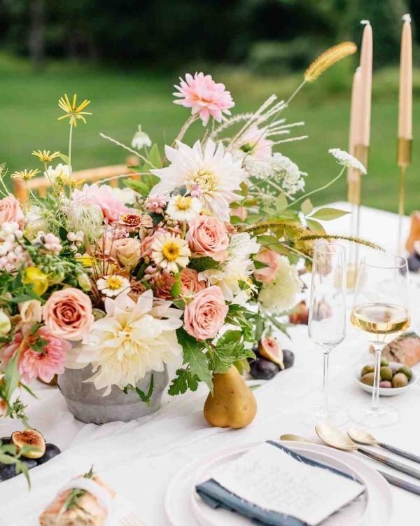 Romantische Tischdeko mit Rosen herrliches Blumenarrangement Kerzen Weingläser