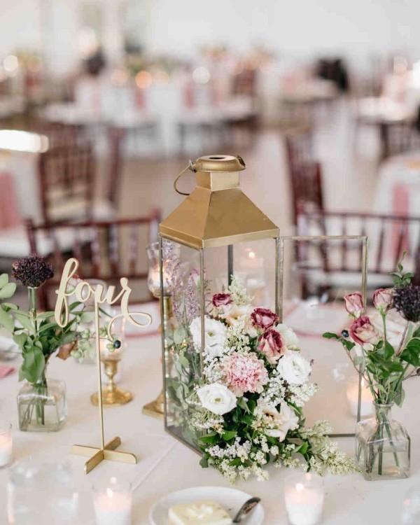 Romantische Tischdeko mit Rosen herrliches Blumenarrangement Laterne Kerzen