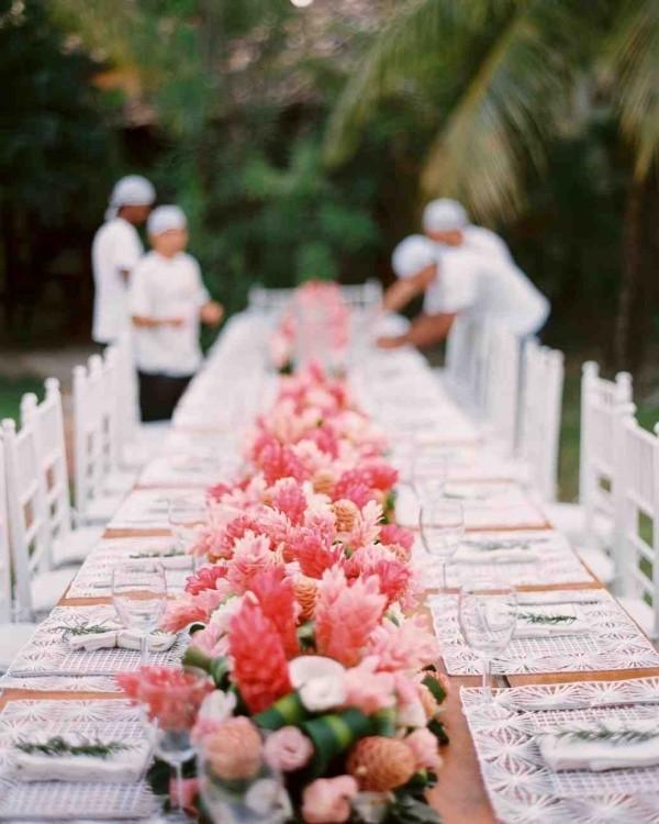 Romantische Tischdeko mit Rosen herrliches Blumenarrangement Party draußen