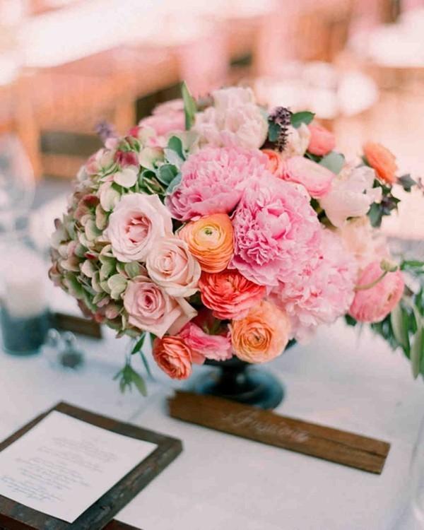 Romantische Tischdeko mit Rosen herrliches Blumenarrangement WOW-Effekt