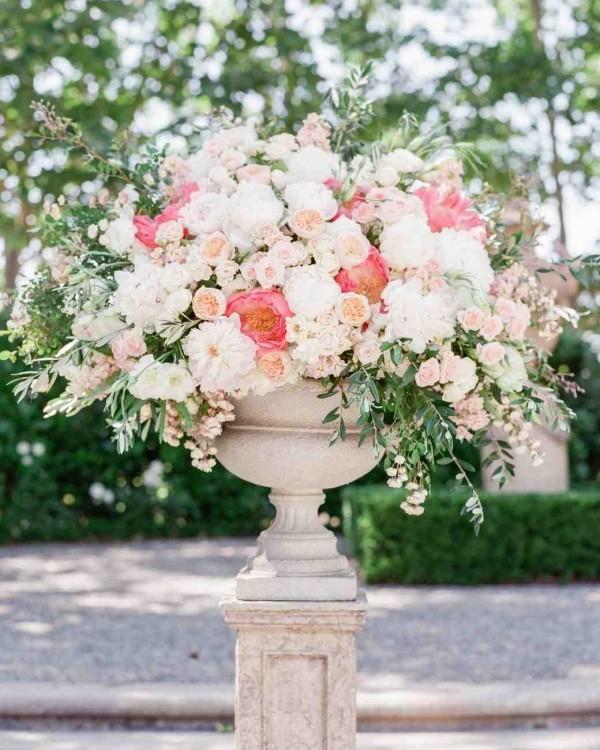 Romantische Tischdeko mit Rosen herrliches Blumenarrangement für Party draußen