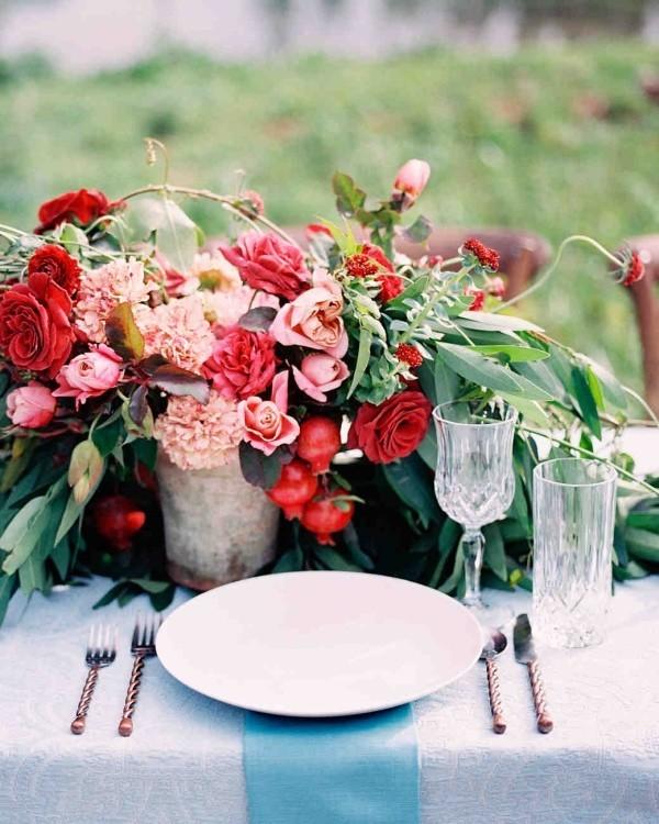 Romantische Tischdeko mit Rosen herrliches Blumenarrangement im Landhausstil