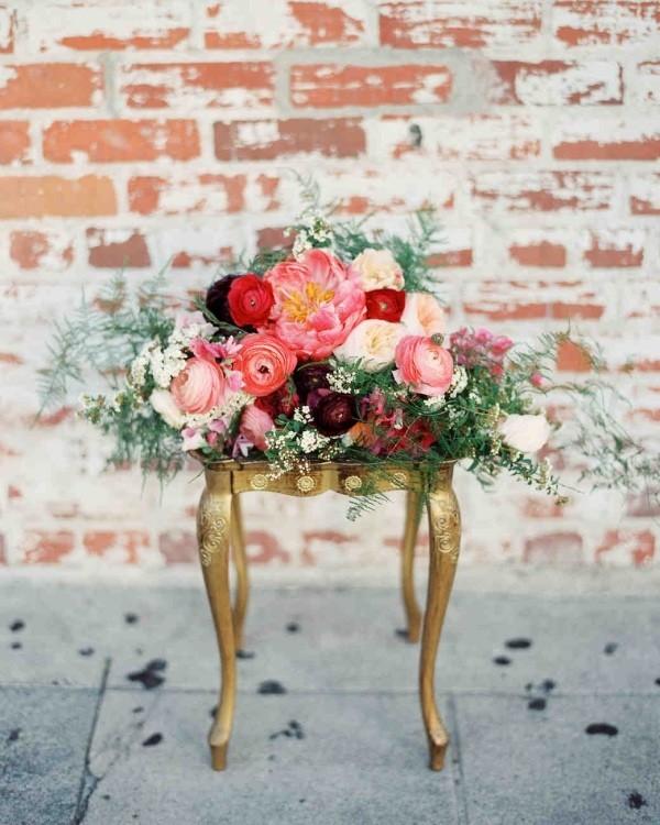 Romantische Tischdeko mit Rosen herrliches Blumenarrangement kleiner Tisch draußen