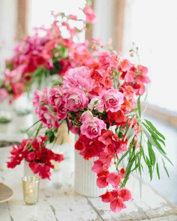 Romantische Tischdeko mit Rosen herrliches Blumenarrangement rote Blumen