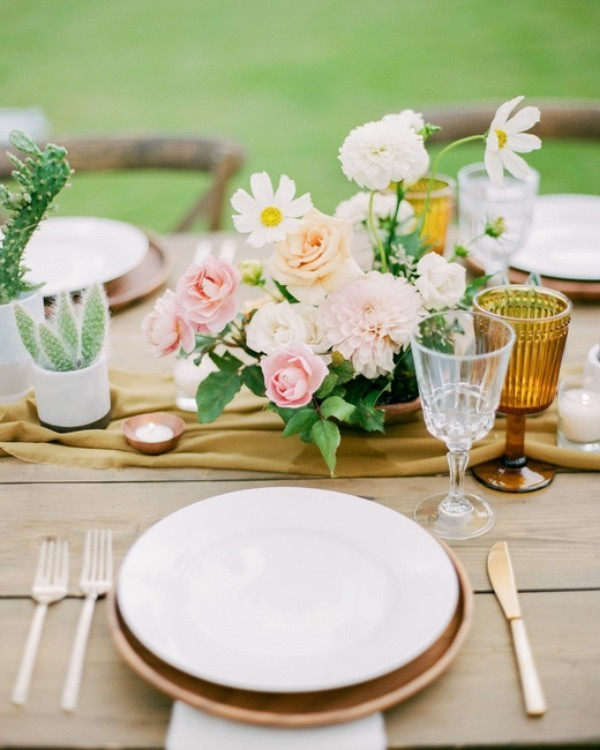 Romantische Tischdeko mit Rosen herrliches Blumenarrangement toller Blickfang