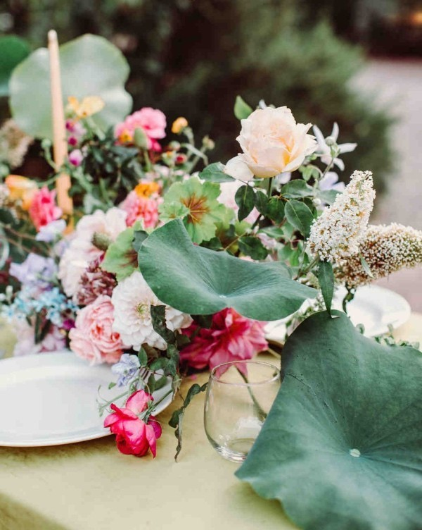 Romantische Tischdeko mit Rosen herrliches Blumenarrangement zarte Farben
