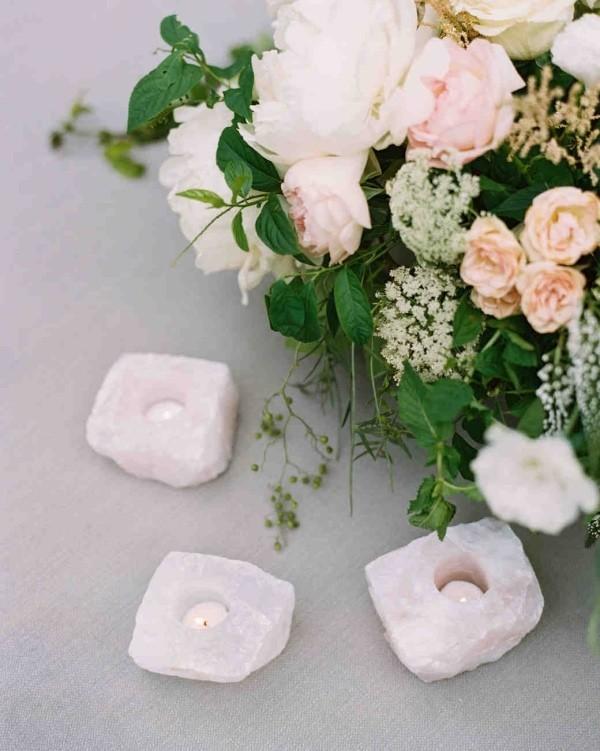 Romantische Tischdeko mit Rosen herrliches Blumenarrangement