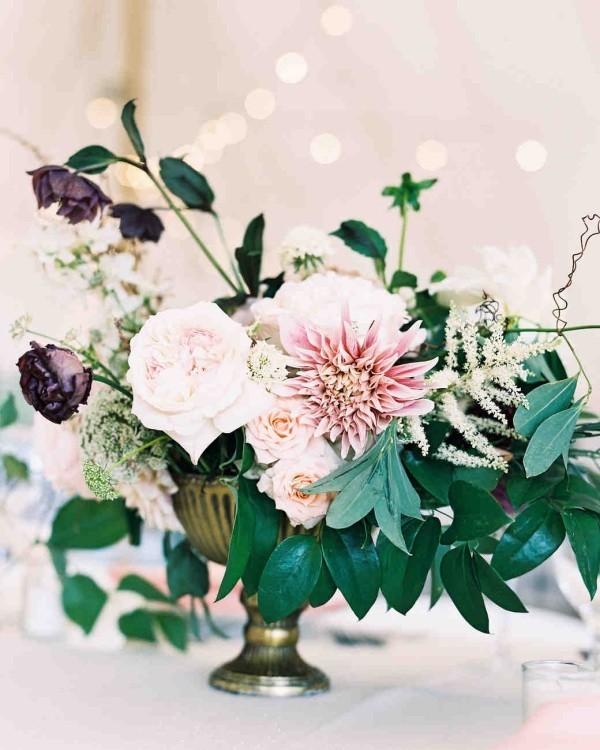 Romantische Tischdeko mit blassrosa und schwarzen Rosen