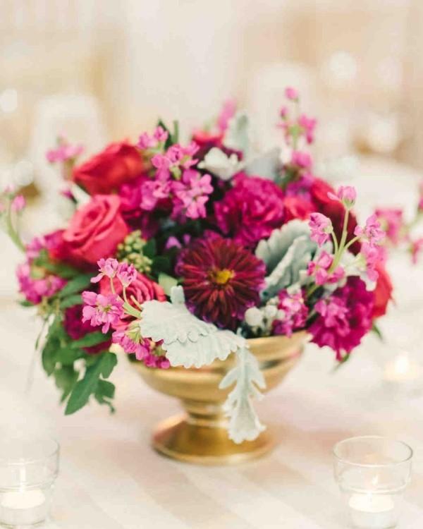 Romantische Tischdeko mit roten Rosen herrliches Blumenarrangement Feier beginnt