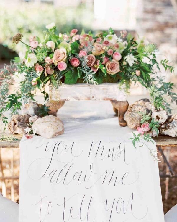 Romantische Tischdeko mit vielen Blumen herrliches Blumenarrangement interessanter Einfall Steine