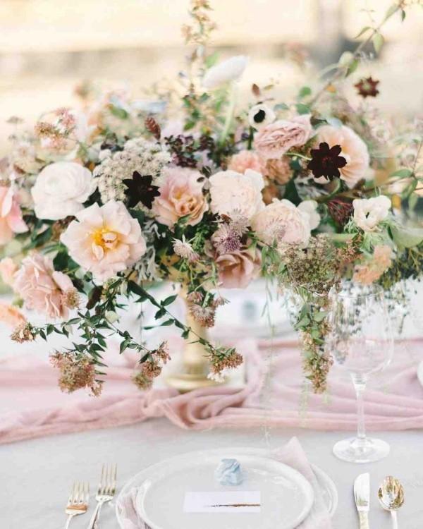 Romantische Tischdeko mit zarten rosafarbenen Rosen herrliches Blumenarrangement