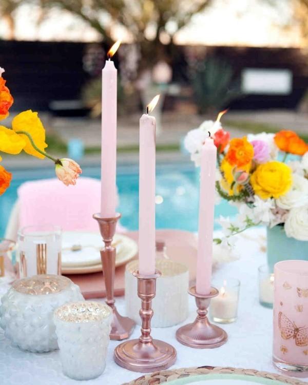 Romantische Tischdeko rosafarbene Kerzen Lichter schönes Blumenarrangement