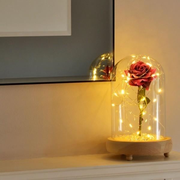Rose im Glas mit kleiner Lichterkette dekoriert toller Blickfang ideen