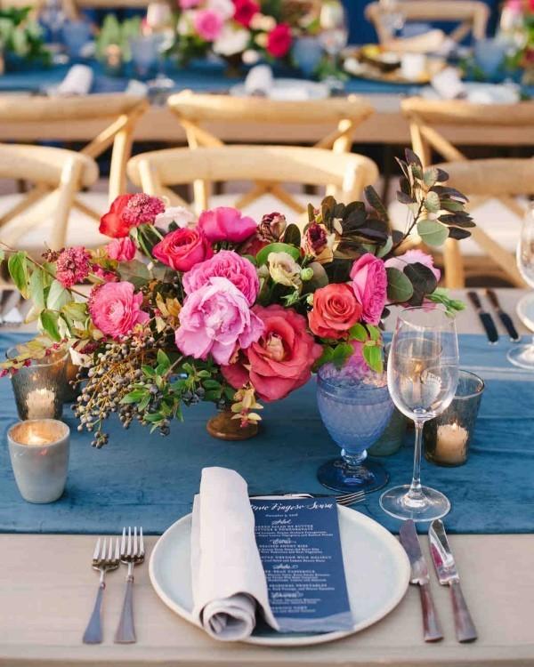 Zeitlose Tischdeko mit roten Rosen