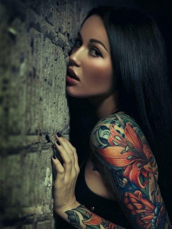 bunte lilien sleeve tattoo ideen für frauen