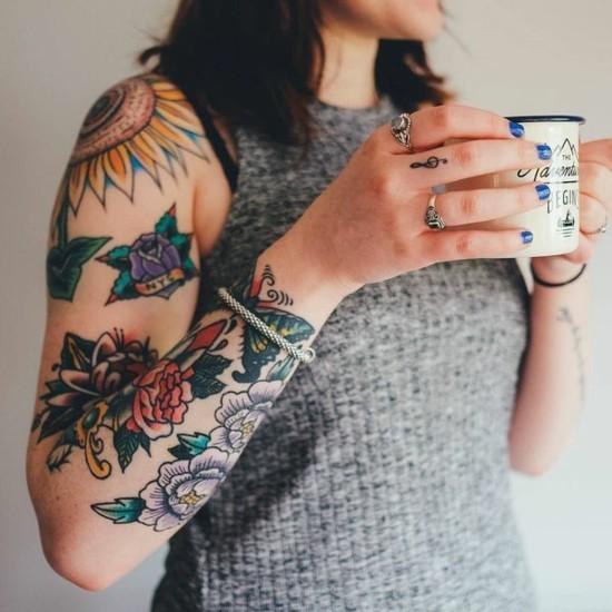 bunte schmetterlinge rosen sleeve tattoo ideen für frauen