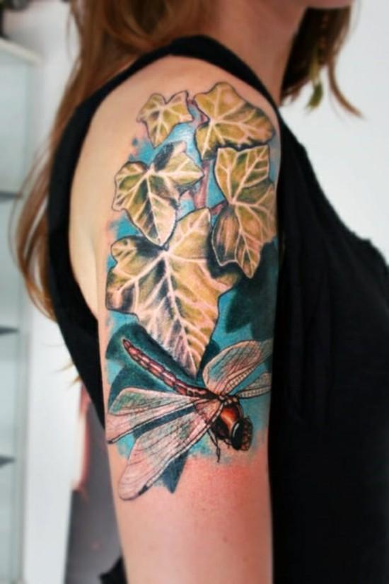 halb sleeve tattoo ideen für frauen mit efeu und libelle