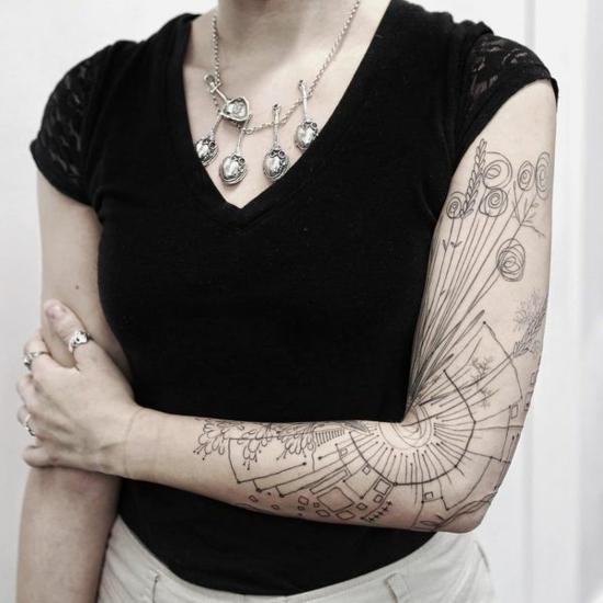 lineare grafische sleeve tattoo ideen für frauen
