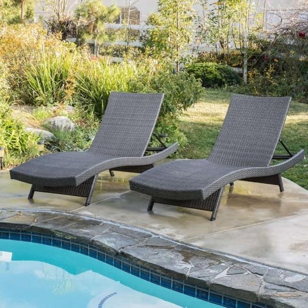 lounge sessel grau neben dem schwimmbad