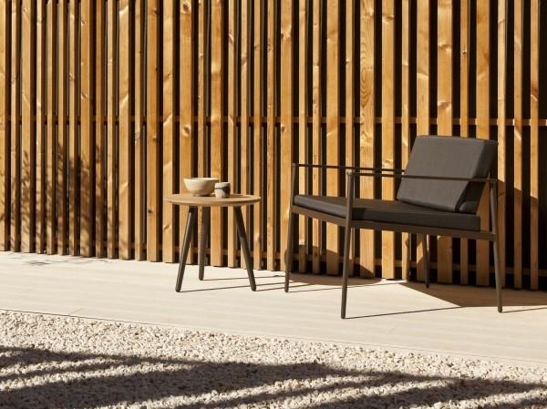 lounge sessel neben einer wand