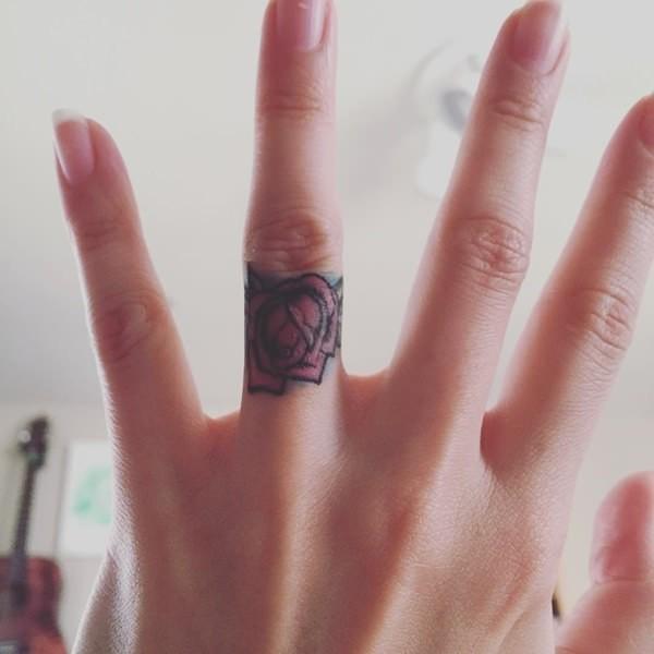 rose am zeigefnger tattoo ideen