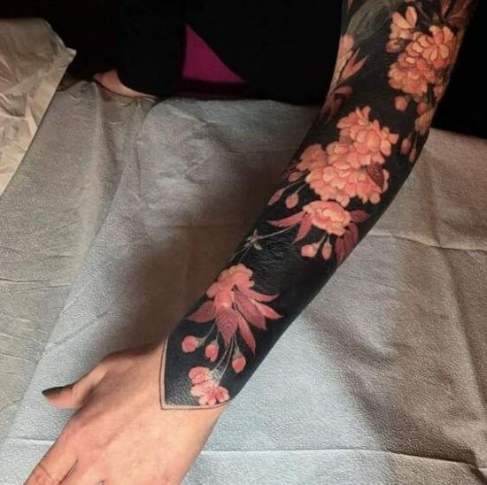 sleeve tattoo ideen blumen auf schwarzem untergrund