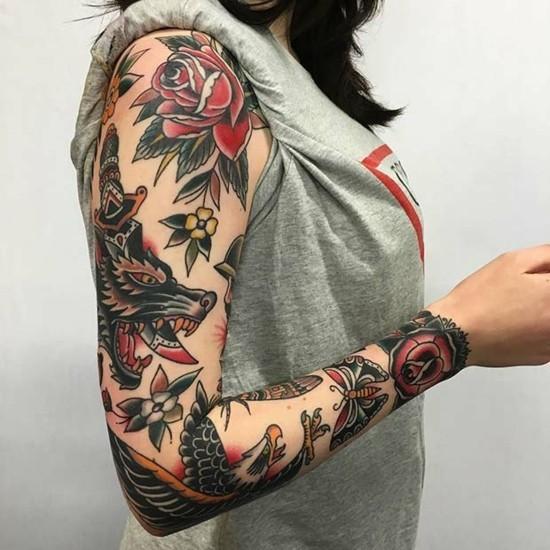 sleeve tattoo ideen für frauen blumen und tiere