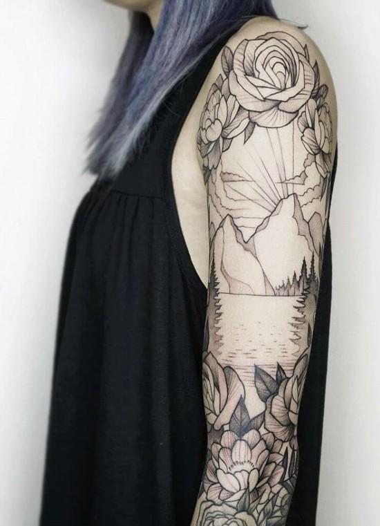 sleeve tattoo ideen für frauen mit bergen und blumen
