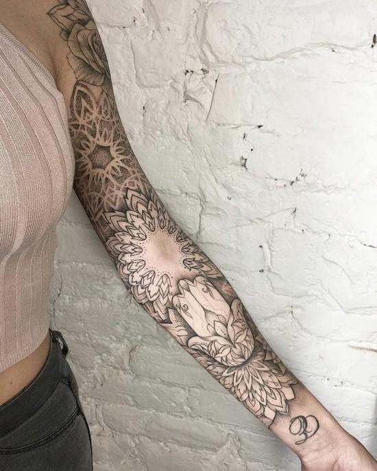 spirituelle sleeve tattoo ideen für frauen