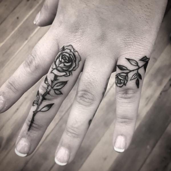 tattoo ideen rosen an den fingern