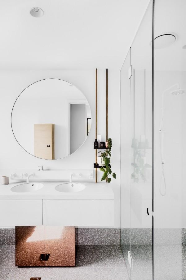 tolles badezimmer mit einem spiegel