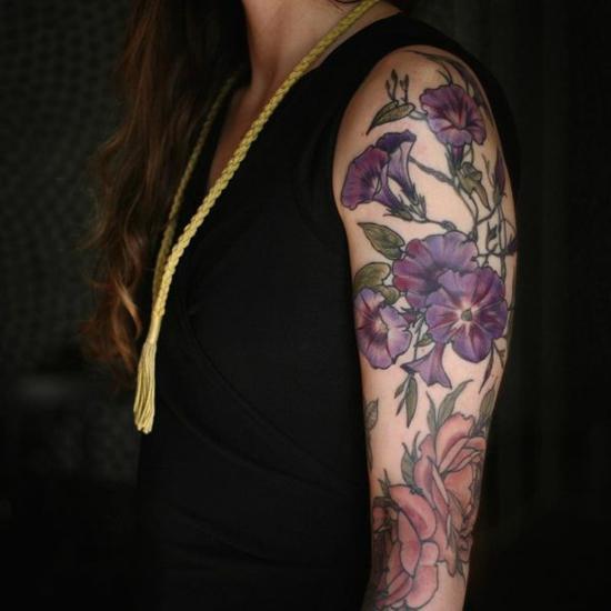 wunderschöne blumen sleeve tattoo ideen