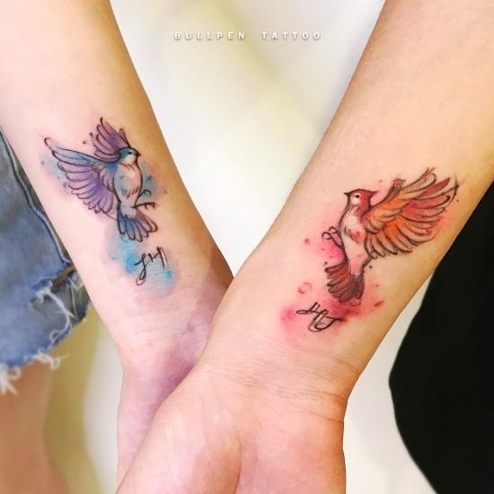 170 kreative Geschwister Tattoo Ideen und Inspirationen blauer und roter vogel wasserfarben schwester