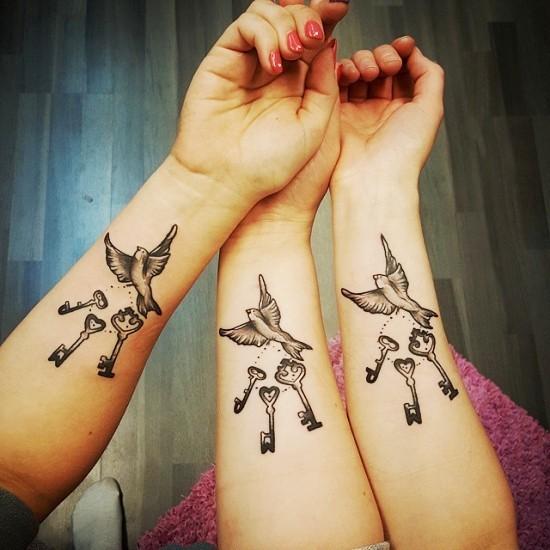 170 kreative Geschwister Tattoo Ideen und Inspirationen drei vögel mit schlüssel bund