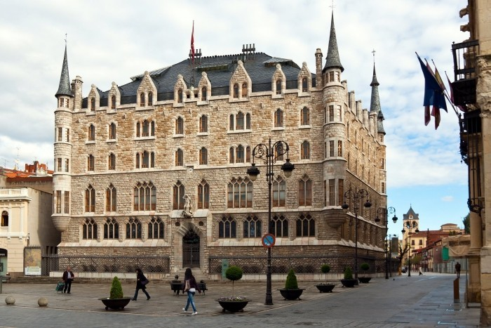 Antoni Gaudi Casá de los Botines heute ein Museum der Heilige Georg auf der Fassade