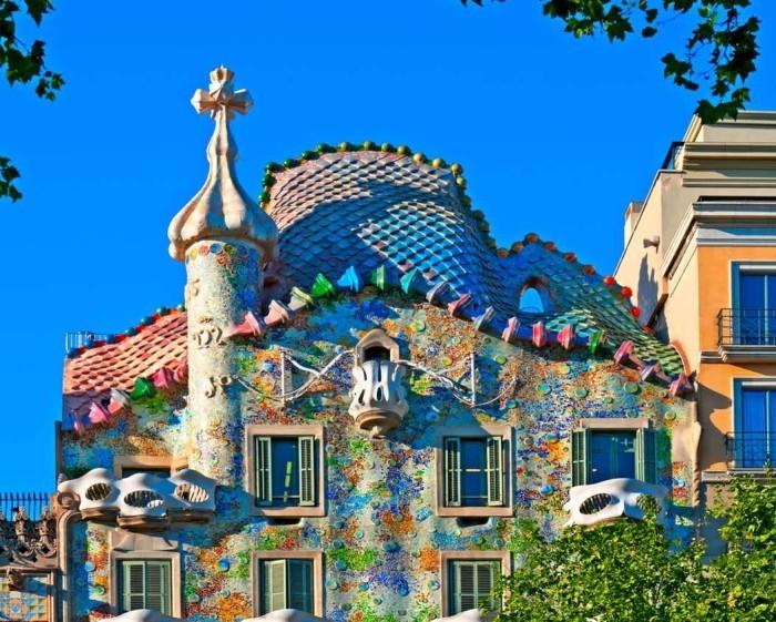Antoni Gaudi Casa Batllo gewölbte Formen bunte Farben