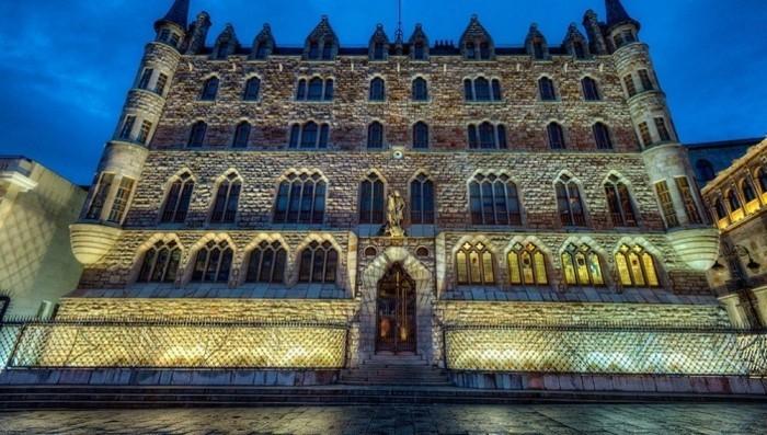 Antoni Gaudi Figur der Heilige Georg Schutzpatron von Barcelona und Katalonien